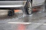Samochód w deszczu