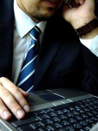 biznesmen przy laptopie