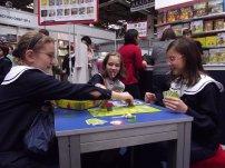 dzieci grające w grę planszową