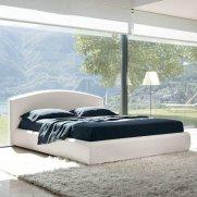 łóżko w sypialnii