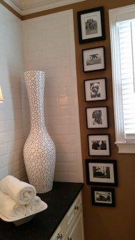 Duży biały wazon w pokoju