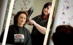 fryzjerka w trakcie pracy
