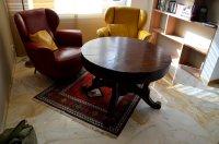 Drewniany stolik w pokoju